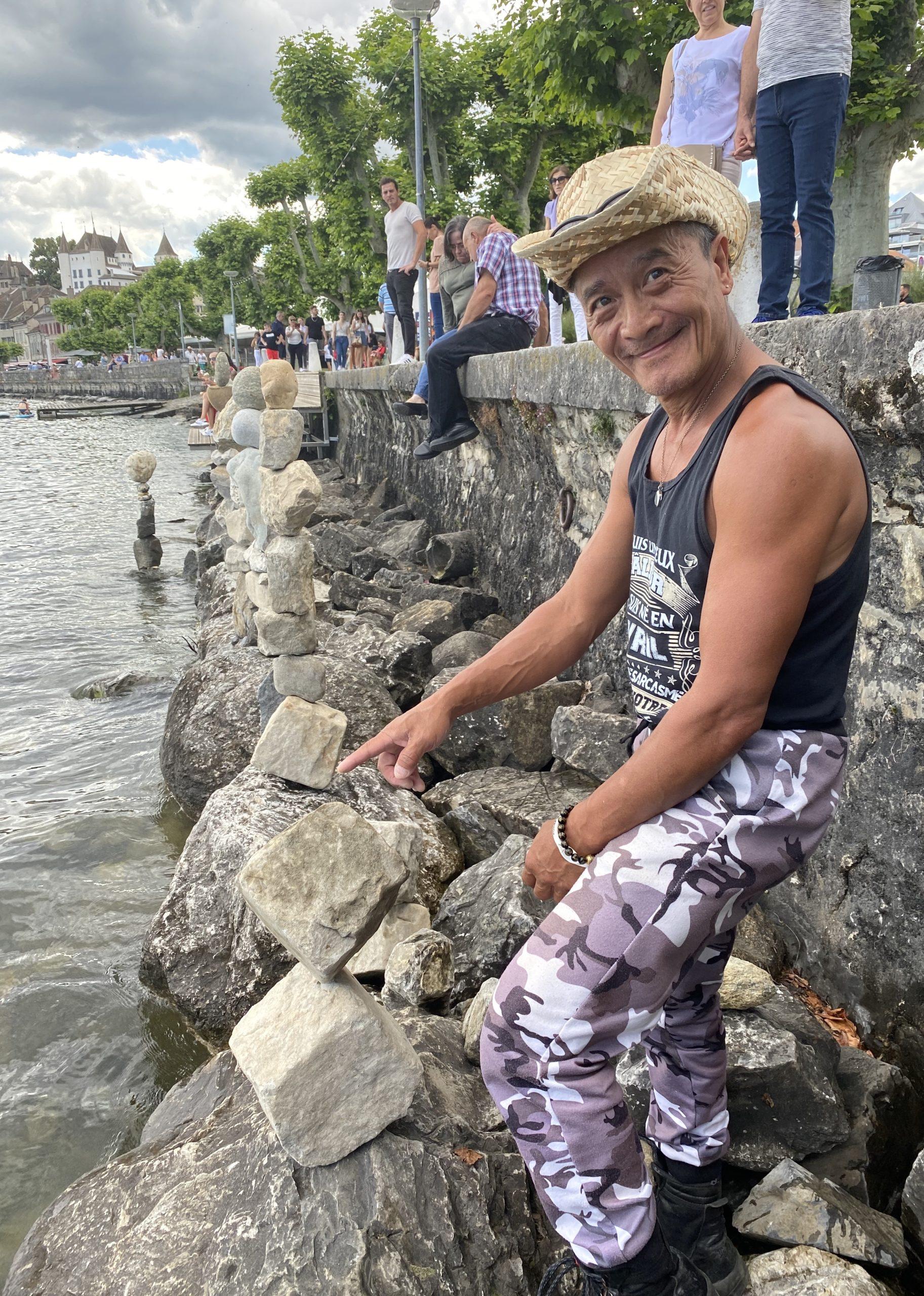 Photos de Yves Müller, l'artiste qui fait balancer les pierres au bord des rives de Nyon.