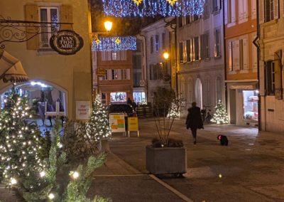 Décorations et sapins de Noël, une ambiance festive dans le quartier de rive