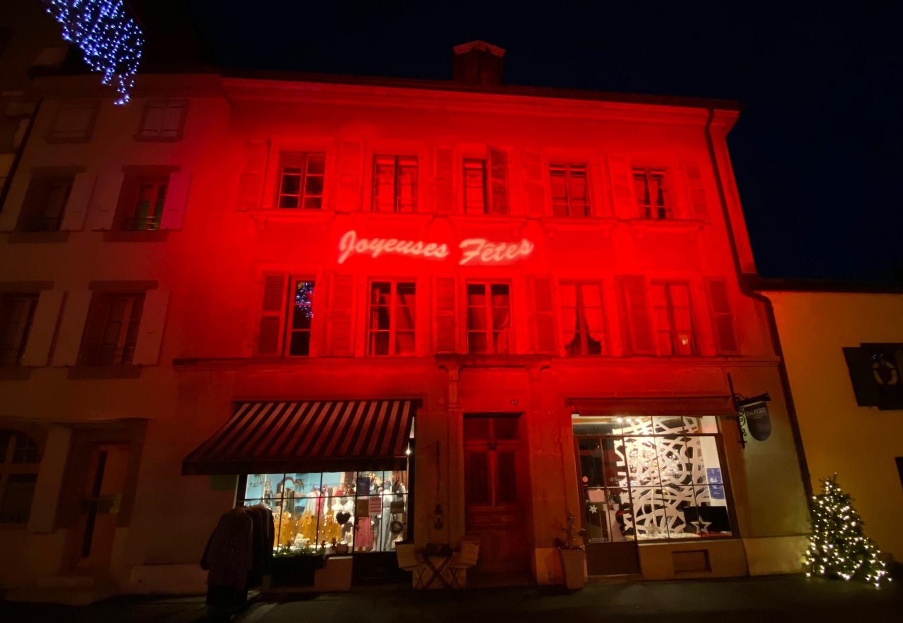 Façade illuminée en rouge, Rue de Rive