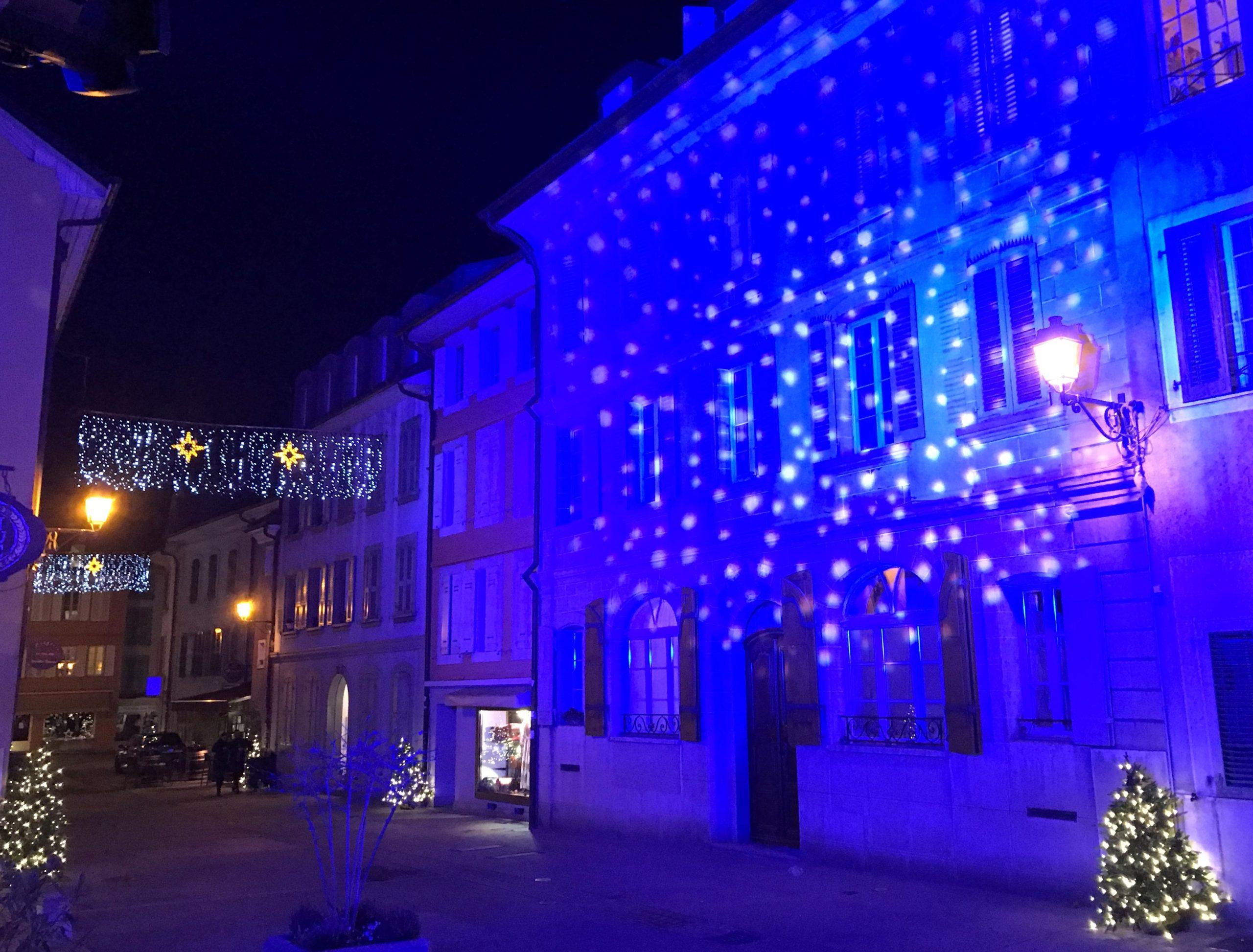 Rue de Rive, façade illuminée en bleu